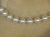 Frau M. trägt Perlen